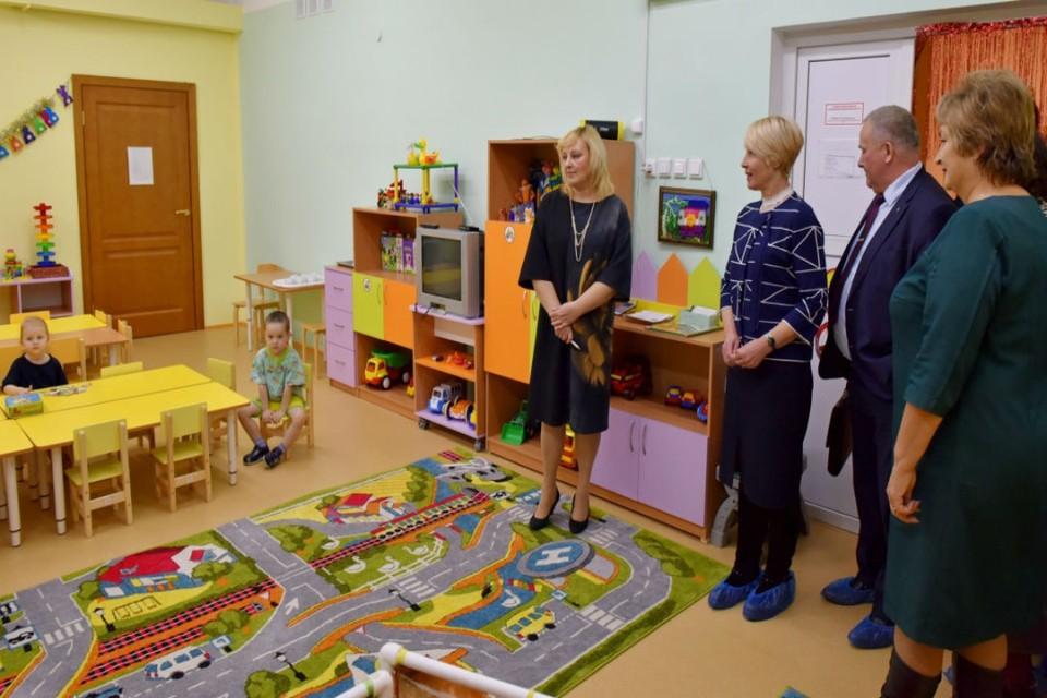 Детский сад № 68 в Коминтерне посетила глава Кирова Елена Ковалева вместе с представителями администрации города и известной мебельной компании. Фото: admkirov.ru