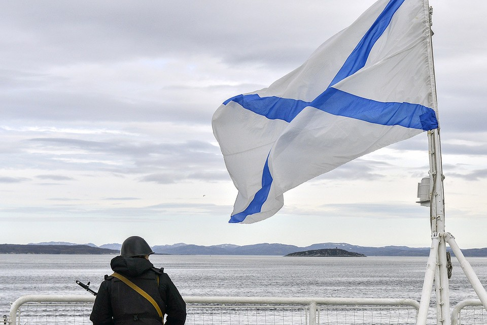 Военнослужащий Северного флота во время учений в Баренцевом море. Фото: Лев Федосеев/ТАСС