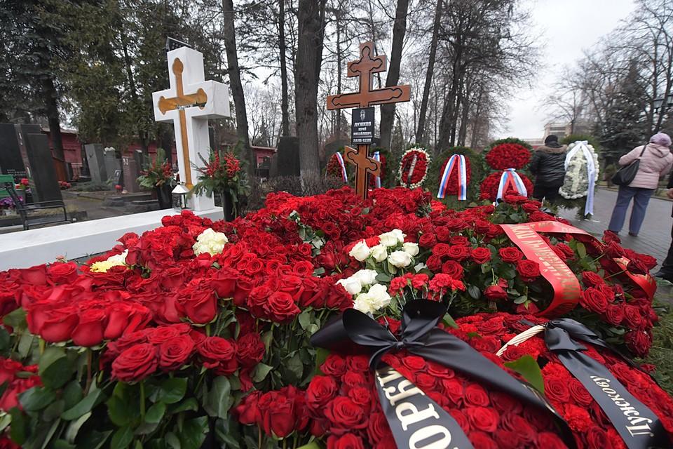 Столпотворение у свежей могилы бывшего мэра продолжается недолго