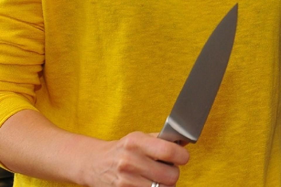 Женщину спасли очевидцы. Они выбили из рук девушки нож.