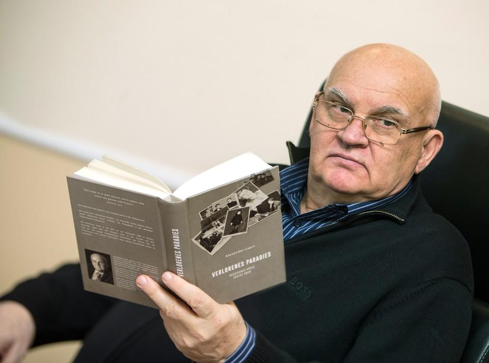 Литературным творчеством Александр Лапин занимается с конца 1970-х годов