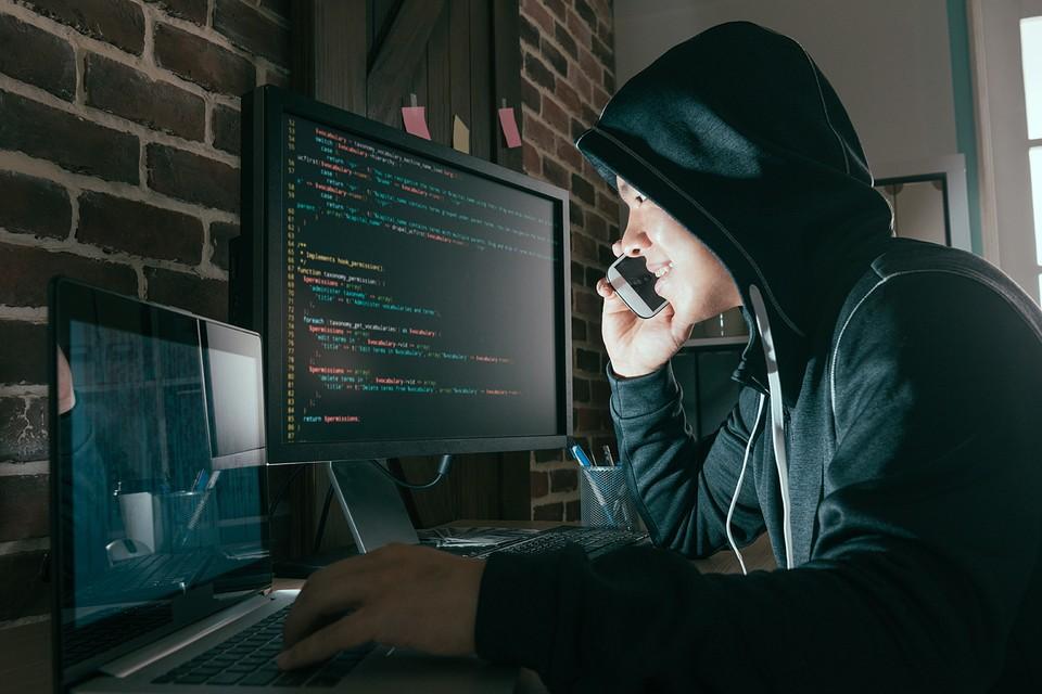 Мошенник звонит по телефону, представляется сотрудником службы безопасности или исследовательской компании. Узнает баланс вашей карты и код, пришедший в СМС