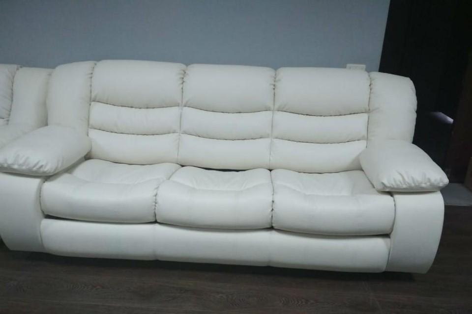 Один из диванов, которые помогли вернуть долги по зарплате. Фото: r43.fssprus.ru