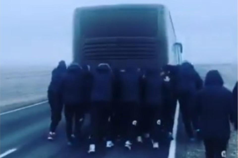 Астраханским гандболистам пришлось толкать сломавшийся автобус. Скрин видео.
