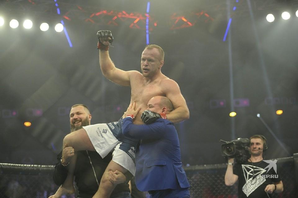 Шлеменко празднует победу.