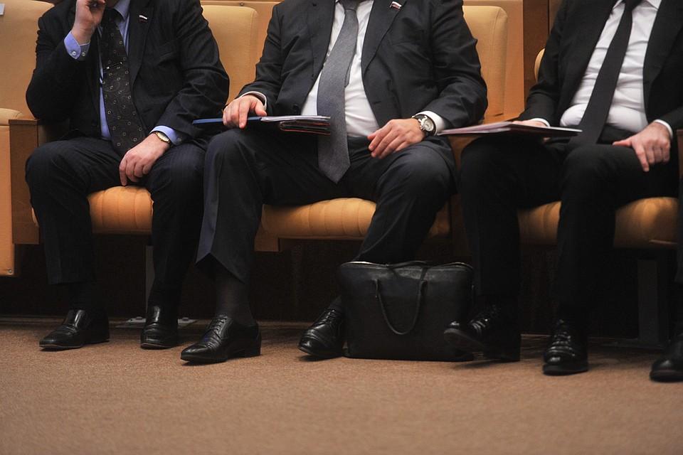 С большим отрывом в рейтинге абсурдной занятости победили чиновники.