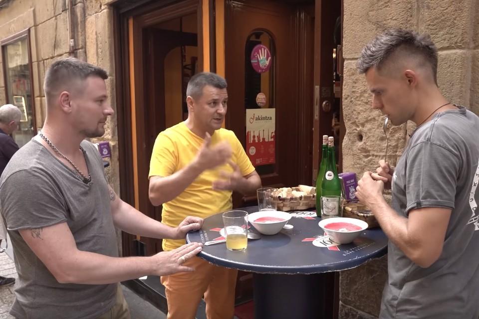 Дмитрий Модестов (в центре) переехал в Испанию семь лет назад