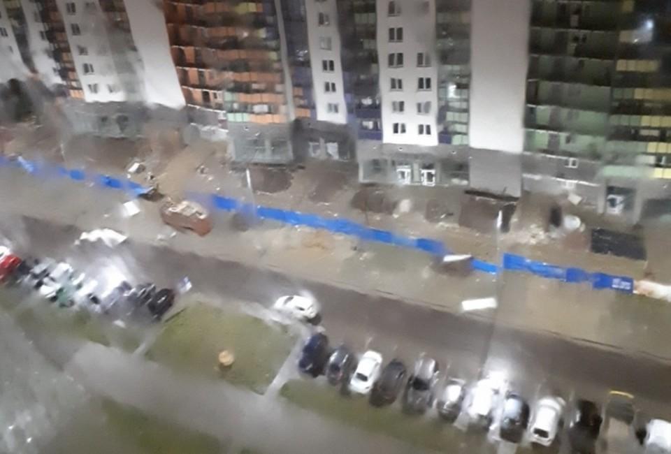 Петербуржцам следует быть крайне осторожными в бушующую непогоду. Фото: vk.com/9kino.live