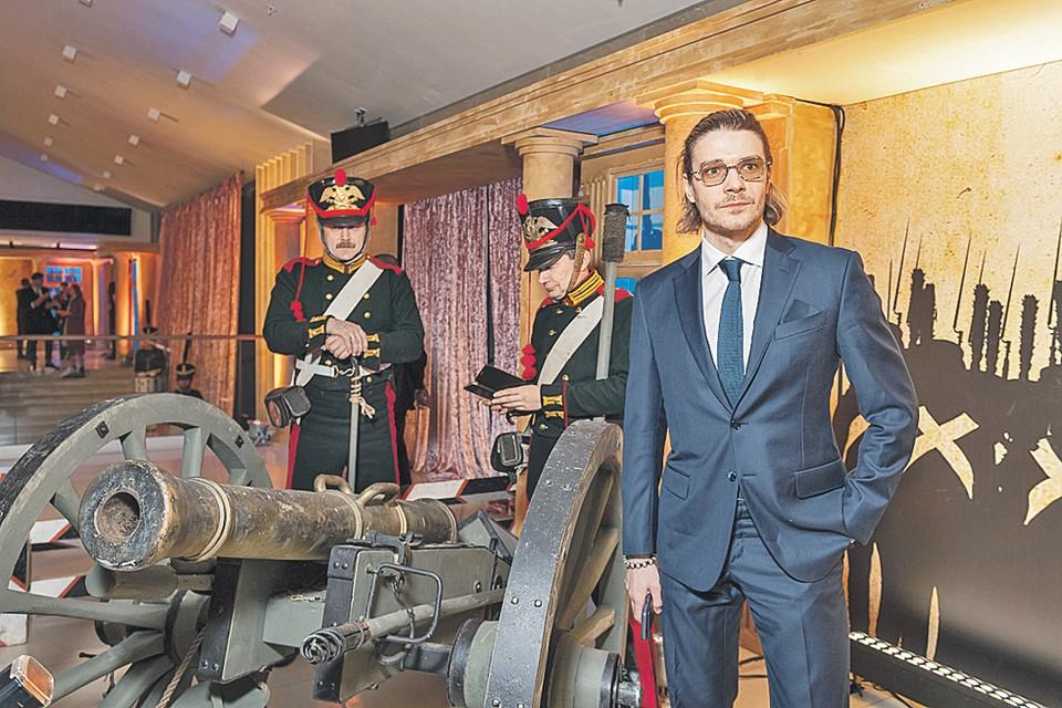 Максим Матвеев, сыгравший в «Союзе спасения» князя Трубецкого, позировал фотографам на фоне установленных в фойе кинотеатра пушек и «артиллеристов», уткнувшихся в смартфоны.