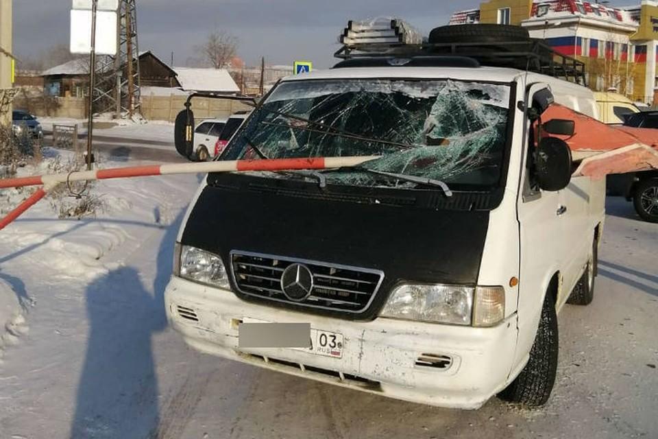 Чуть не остался без головы: шлагбаум пробил салон микроавтобуса, чудом не задев водителя. Фото: предоставлено Баиром АРТЫКОВЫМ.