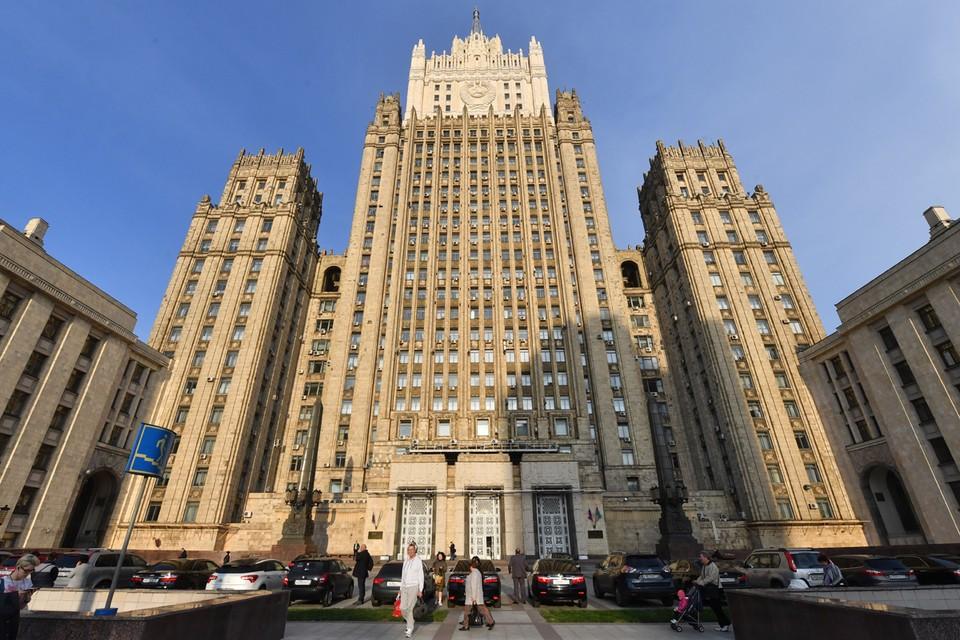 Шпиль на здании Министерства иностранных дел Российской Федерации отреставрировали два года назад. В том числе и часть фасада. По-прежнему много обсуждений, что не угадали с цветом.