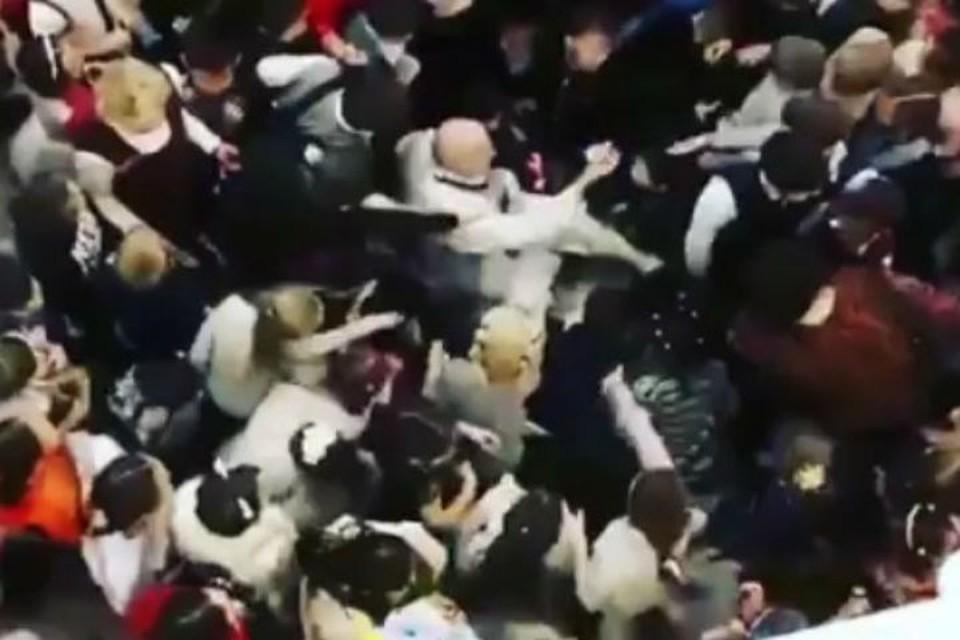"""Битва за конфеты: из-за лакомств дети едва не разорвали Деда Мороза на новогодней елке в Улан-Удэ. Фото: паблик """"ВЕСЬ УЛАН-УДЭ"""""""