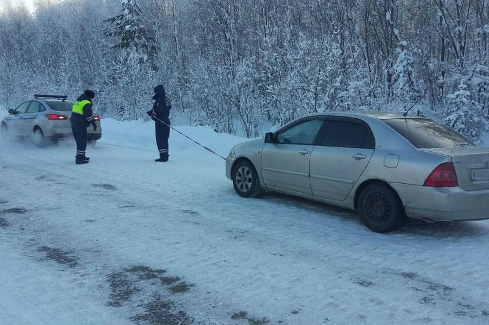 В 35-градусный мороз сломалась машина: замерзающую на трассе семью с 1,5-годовалым ребенком спасли полицейские из Братска. Фото: ГУ МВД России по Иркутской области.