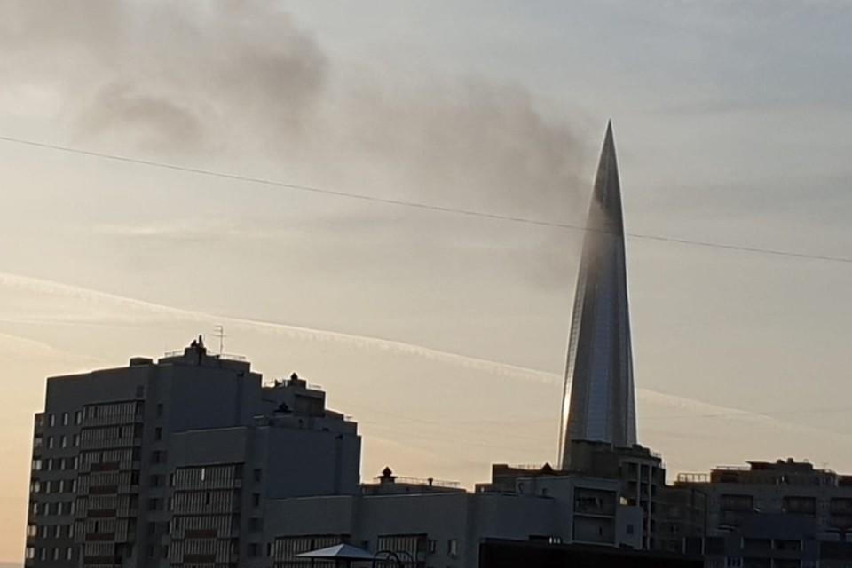 """Необычное природное явление возле """"Лахта Центра"""" приняли за пожар. Фото: vk.com/spb_today"""