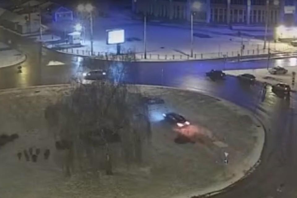 В Липецке автомобиль пролетел через клумбу на площади Победы и врезался в бордюр