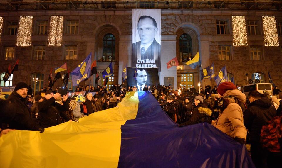 Украинские националисты начали Новый 2020-й год с факельного шествия в честь день рождения Степана Бандеры.