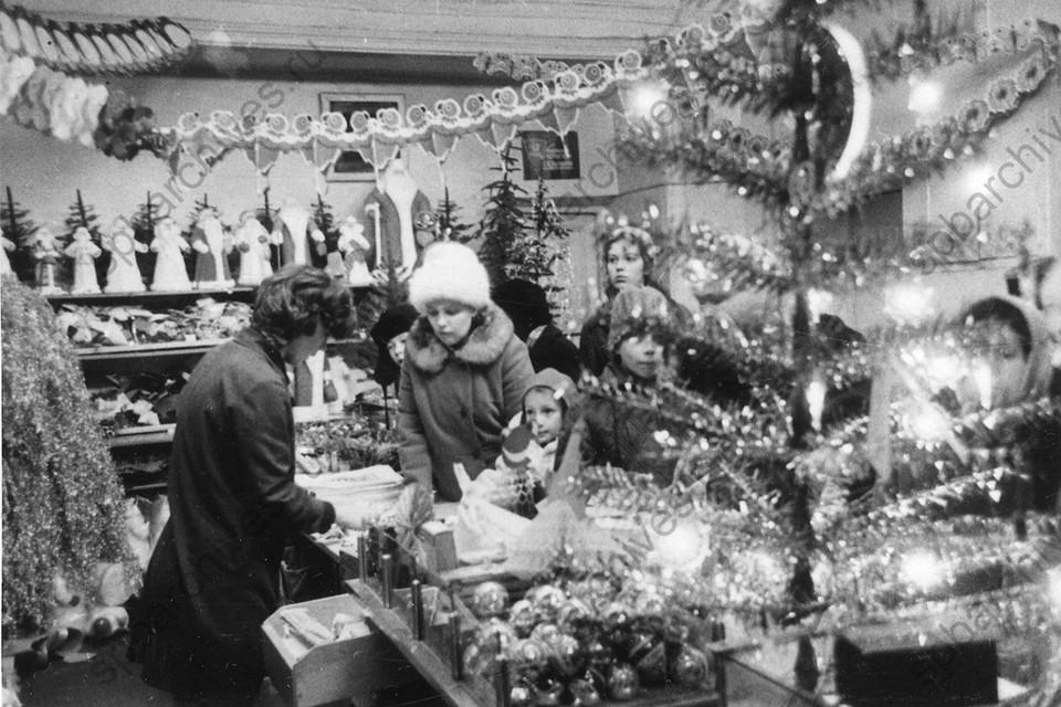 Покупатели на новогоднем базаре в универмаге «Гостиный двор». 1973 г., Ленинград. Автор: Григорьяни С. А. ФОТО: ЦГАКФФД СПб