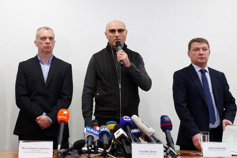 Евгений Дыхне (посередине) на пресс-конференции