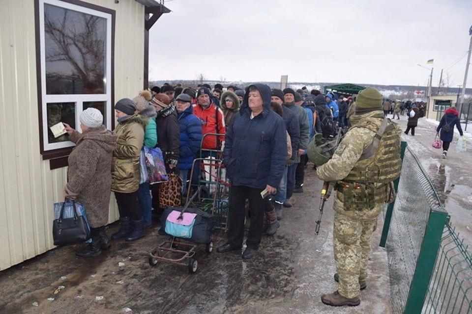 Большинство переселенцев на самом деле продолжают жить в ДНР и ЛНР и ездят на Украину за своими пенсиями. Фото: Пресс-центр штаба ООС