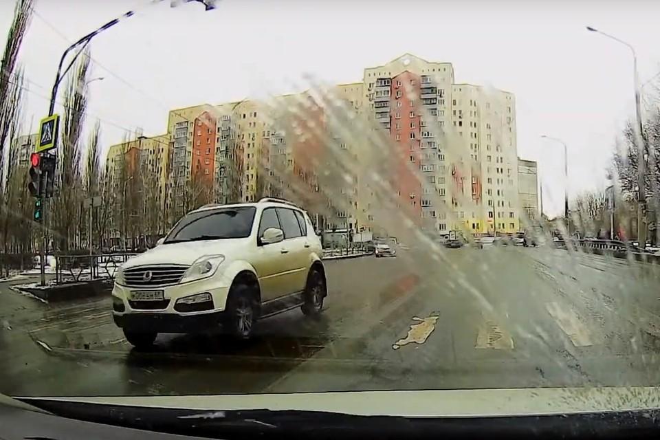 Водитель внедорожника пронесся на красный свет в Липецке