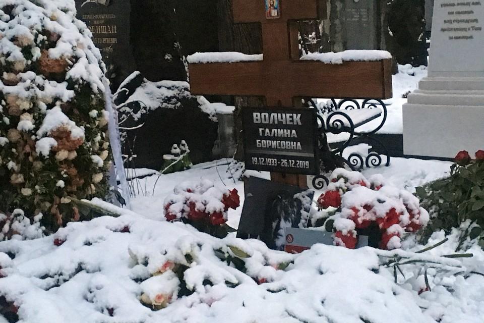 На могилу Галины Волчек несут сигареты