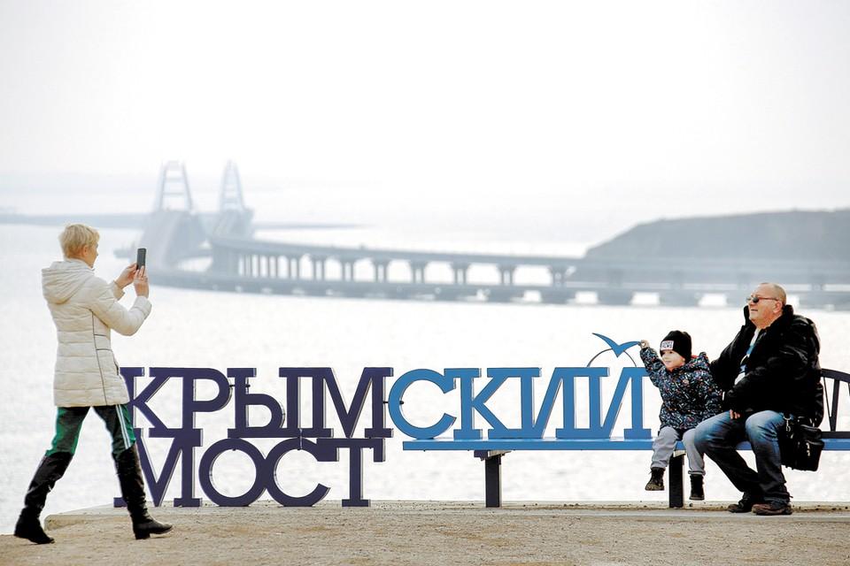 Эта фотография сделана в декабре, буквально за несколько дней до окончания самого амбициозного бизнес-проекта года - открытия регулярного железнодорожного сообщения через Керченский пролив.