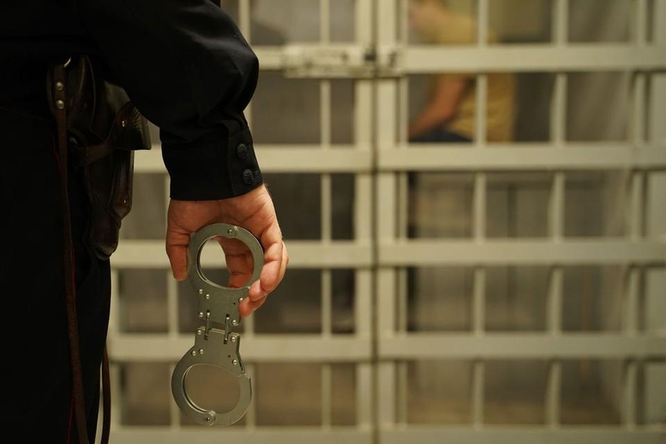 Задержанный доставлен в отдел полиции, с ним сейчас работают сотрудники.