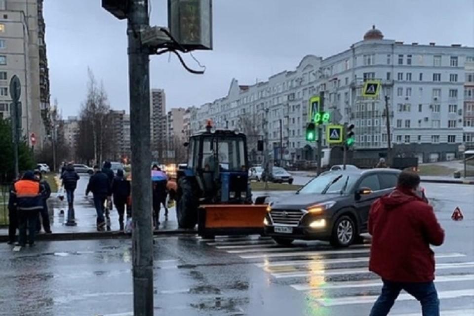 Трактор пошел на таран авто на пешеходном переходе на севере Петербурга