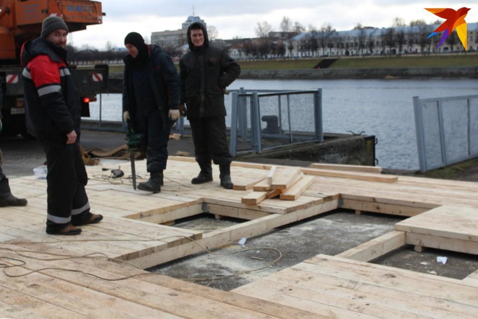 Традиционную конструкцию установят в этом году прямо на воду.