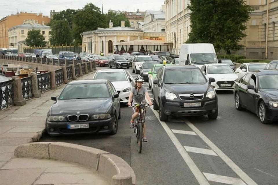 В Петербурге обсудят судьбу велодорожки на набережной Фонтанки, на которую жалуются автомобилисты