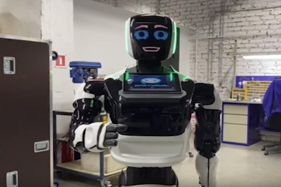 "Робот поблагодарил Максима Решетникова за вклад и поддержку цифровизации в крае. Фото: стоп-кадр из видео компании ""Promobot"""