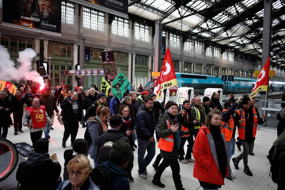 Полтора месяца французская столица жила в ситуации кромешного транспортного коллапса. Профсоюз машинистов метро бастовал против пенсионной реформы Макрона.