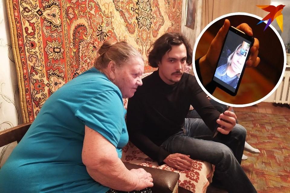 Журналист КП-Новосибирск показывает бабушке по видеосвязи канадскую внучку.
