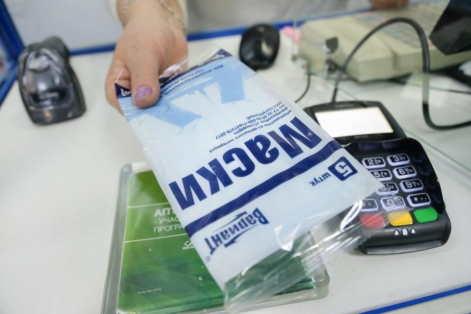Упаковка медицинских масок в аптеках Петербурга стоит от 40 до 62 рублей - в зависимости от количества и материала. По словам работников аптек, еще полторы-две недели назад цена была ниже.