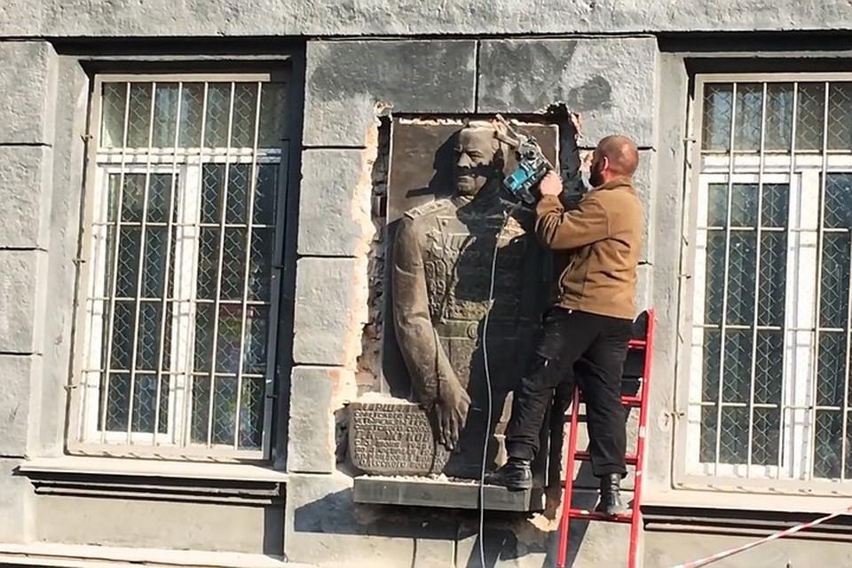 Украинские активисты сорвали со стены университета и топтали ногами последний в Одессе барельеф с изображением советского маршала Георгия Жукова
