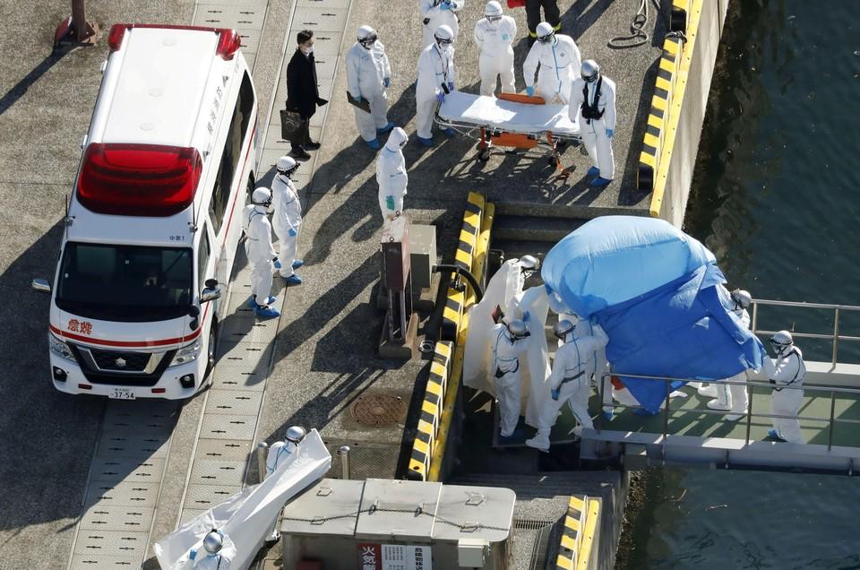 Эвакуация зараженных пассажиров с круизного лайнера в Японии
