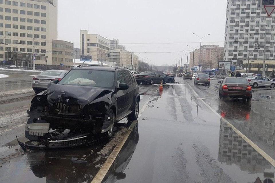 Крупная авария возле «Белой вежи»: под замес попало сразу 7 автомобилей. Фото: УГАИ ГУВД Мингорисполкома.