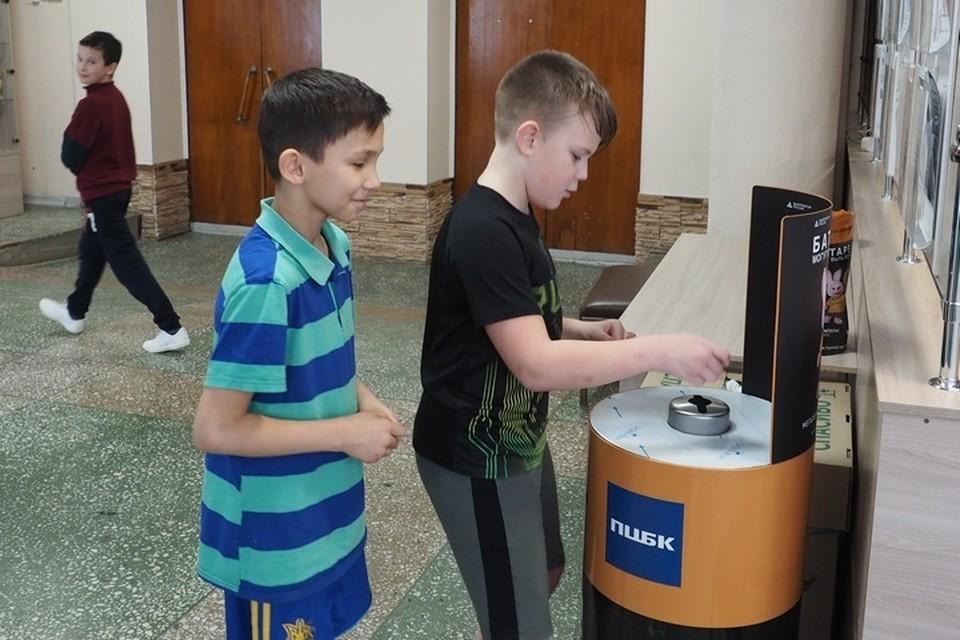 """В акции """"Батарейка, сдавайся!"""" принимают активное участие школьники микрорайона. Фото: предоставлено ПЦБК."""