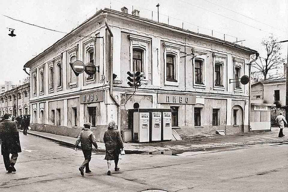 В советские времена этот домик хорошо знали по расположенной в нем пивнушке. На этом фото он еще до реставрации (вид с улицы).