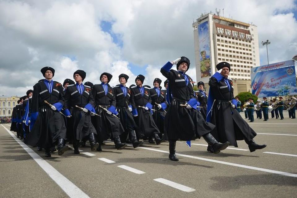 Казаки участвуют в параде Победы 9 мая в Ставрополе.