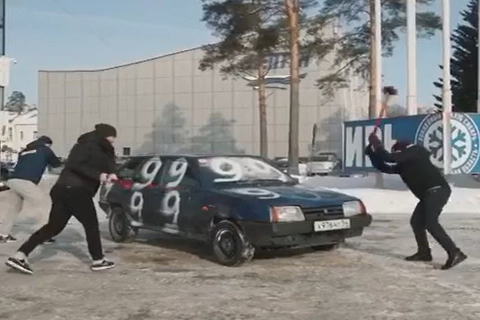 Хоккеисты кувалдой разбомбили машину. Фото: стоп-кадр