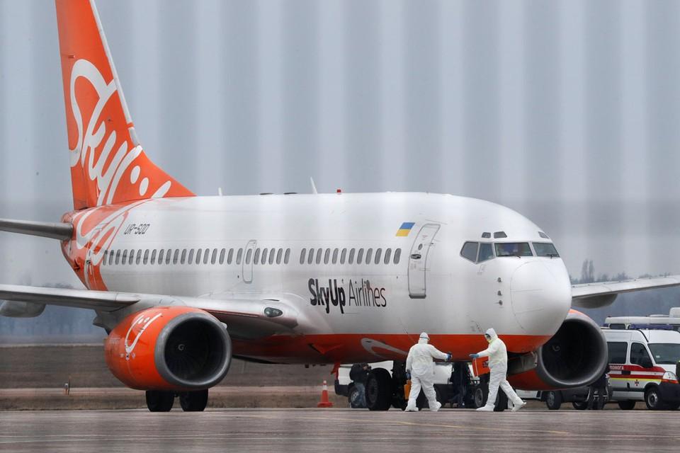 Борт отогнали на самую дальнюю стоянку, фактически уже за пределами аэропорта, а «подозреваемых» в заболевании повезли в Полтавскую область