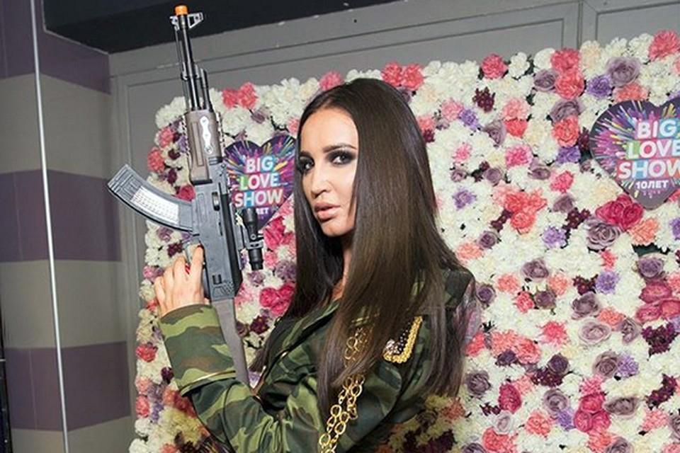 Ольга Бузова надела камуфляжный наряд и взяла в руки игрушечный автомат