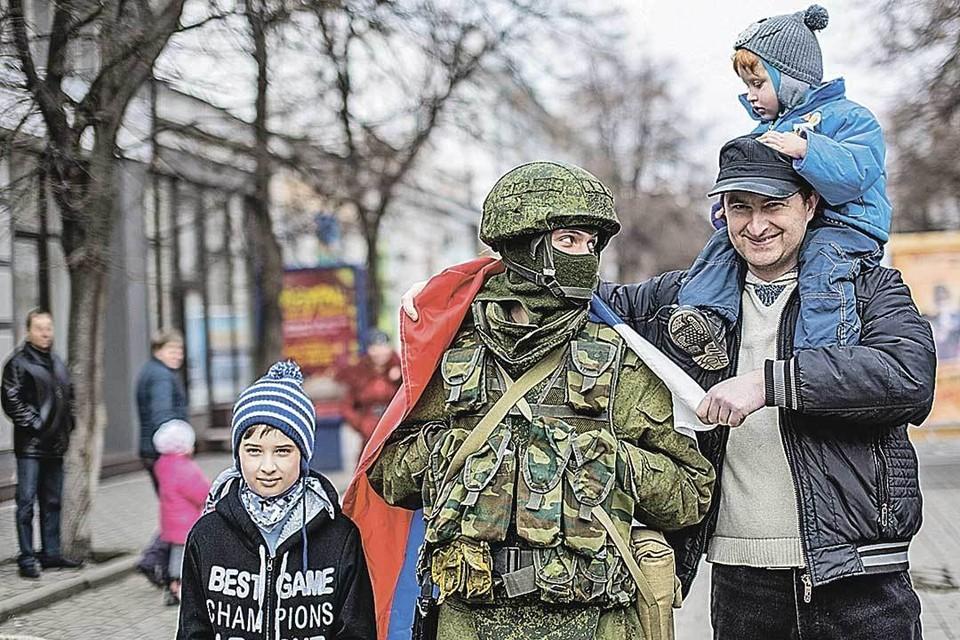 В 2014-м улицы Крыма охраняли «зеленые человечки». Добрые солдатики, с которыми селфились местные жители, стали символом «крымской весны».