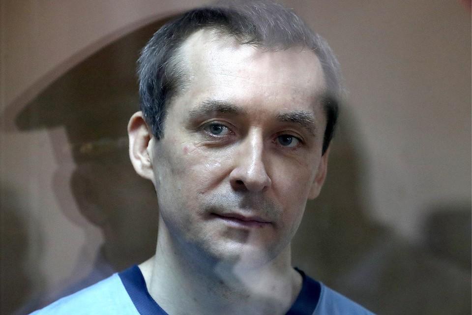 Дмитрий Захарченко, обвиняемый в получении взятки и злоупотреблении должностными полномочиями, во время оглашения приговора в Пресненском районном суде. Фото: Сергей Савостьянов/ТАСС