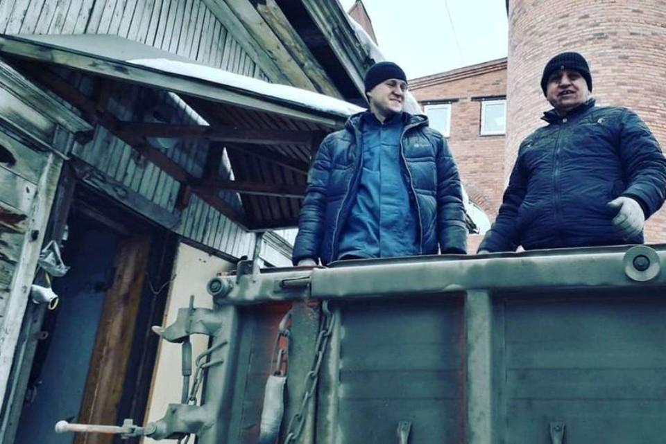 Реставрация особняка на ул. Цвиллинга, 8 началась. Рабочие грузят истлевшие доски. Фото: Юрий Латышев.