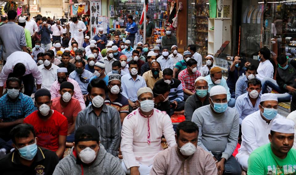 Верующие направляются на молитву в столице Бахрейна: медицинские маски заполонили улицы городов по всему миру