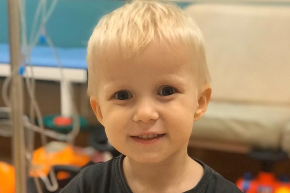 """Антошке Мельникову 3 года. Его увезли в больницу с подозрением на аппендицит, а поставили диагноз """"рак""""."""