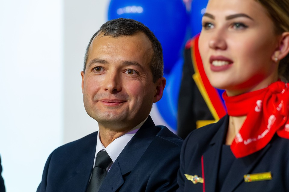 После спасения пассажиров А321 Дамир Юсупов и его коллеги стал почетным гостем и на футбольных матчах, и на уроках мужества в школах.