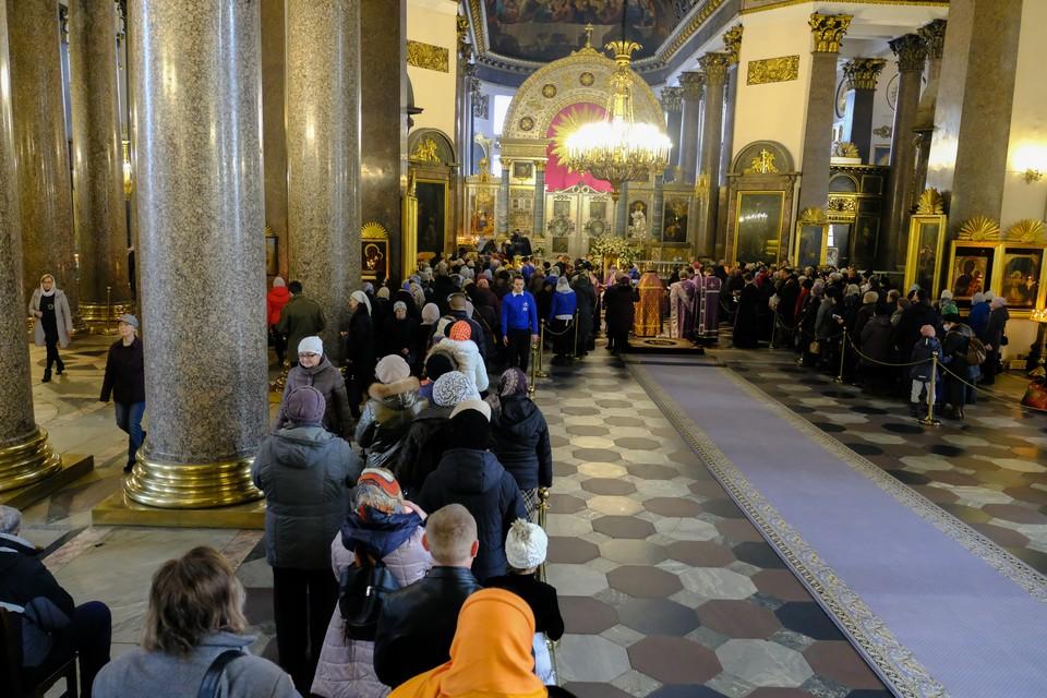 Петербуржцы встали в очередь, чтобы поклониться мощам Иоанна Крестителя.